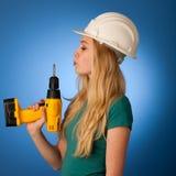 Γυναίκα με το κράνος κατασκευαστών και εργαλεία ευτυχή να κάνουν τη σκληρή εργασία Στοκ φωτογραφίες με δικαίωμα ελεύθερης χρήσης