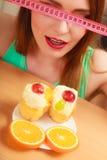 Γυναίκα με το μέτρο και το κέικ ταινιών Δίλημμα διατροφής Στοκ Φωτογραφίες