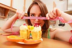 Γυναίκα με το μέτρο και το κέικ ταινιών Δίλημμα διατροφής Στοκ Εικόνα