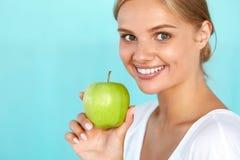 Γυναίκα με το μήλο Όμορφο κορίτσι με το άσπρο χαμόγελο, υγιή δόντια Στοκ Φωτογραφίες