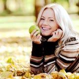 Γυναίκα με το μήλο Στοκ φωτογραφίες με δικαίωμα ελεύθερης χρήσης