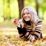 Γυναίκα με το μήλο Στοκ φωτογραφία με δικαίωμα ελεύθερης χρήσης