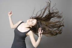 Γυναίκα με το μακροχρόνιο καφετή χορό τρίχας Στοκ εικόνες με δικαίωμα ελεύθερης χρήσης