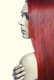 Γυναίκα με το μακρύ κόκκινο τρίχωμα Στοκ εικόνες με δικαίωμα ελεύθερης χρήσης