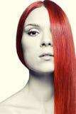 Γυναίκα με το μακρύ κόκκινο τρίχωμα Στοκ εικόνα με δικαίωμα ελεύθερης χρήσης