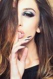 Γυναίκα με το μακρύ τρίχωμα brunette Αισθησιακή γυναίκα με το πρόσωπο makeup Το πρότυπο ομορφιάς με τη μόδα κοιτάζει Αποτελέστε τ στοκ εικόνα