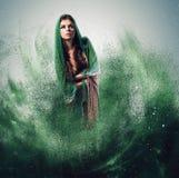 Γυναίκα με το μαντίλι στη σκόνη Στοκ Εικόνες
