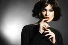 Γυναίκα με το μαύρο πορτρέτο ύφους τρίχας στοκ εικόνα