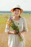 Γυναίκα με το μπουκέτο λουλουδιών λουλουδιών Στοκ φωτογραφία με δικαίωμα ελεύθερης χρήσης