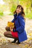 Γυναίκα με το μπουκέτο λουλουδιών σφενδάμνου Στοκ φωτογραφία με δικαίωμα ελεύθερης χρήσης