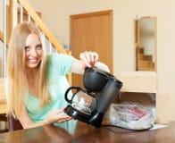 Γυναίκα με το νέο ηλεκτρικό κατασκευαστή καφέ στο σπίτι Στοκ εικόνα με δικαίωμα ελεύθερης χρήσης