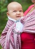 Γυναίκα με το νήπιο στη σφεντόνα Στοκ φωτογραφία με δικαίωμα ελεύθερης χρήσης