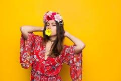 Γυναίκα με το λουλούδι στο στόμα στοκ φωτογραφία
