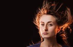 Γυναίκα με το πέταγμα τριχώματος στοκ φωτογραφίες