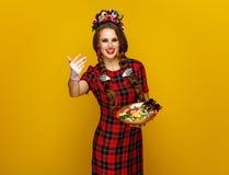 Γυναίκα με το πιάτο των καραμελών αποκριών που καλούν για να έρθει πιό κοντά Στοκ εικόνα με δικαίωμα ελεύθερης χρήσης