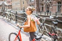 Γυναίκα με το ποδήλατο στην πόλη του Άμστερνταμ Στοκ φωτογραφίες με δικαίωμα ελεύθερης χρήσης