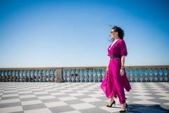 Γυναίκα με το πορφυρό φόρεμα, ένα πολύ συμπαθητικό κορίτσι στοκ φωτογραφία με δικαίωμα ελεύθερης χρήσης