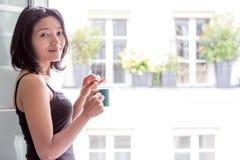 Γυναίκα με το ποτό Στοκ φωτογραφίες με δικαίωμα ελεύθερης χρήσης