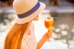 Γυναίκα με το ποτό Spritz Aperol Στοκ Φωτογραφία