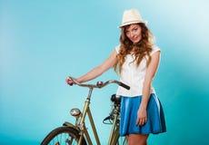 Γυναίκα με το ποδήλατο Θερινές μόδα και αναψυχή Στοκ Φωτογραφίες