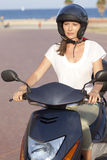 Γυναίκα με το ποδήλατο μηχανών το καλοκαίρι Στοκ Φωτογραφίες