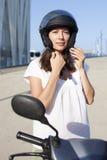 Γυναίκα με το ποδήλατο μηχανών Στοκ Εικόνα