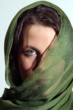 Γυναίκα με το πράσινο μαντίλι Στοκ Εικόνες