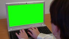 Γυναίκα με το πράσινο lap-top οθόνης απόθεμα βίντεο