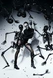 Γυναίκα με το πρόσωπο κρανίων και τους μαύρους σκελετούς ρητίνης Στοκ Εικόνες
