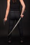 Γυναίκα με το πυροβόλο όπλο και το ξίφος Στοκ φωτογραφίες με δικαίωμα ελεύθερης χρήσης