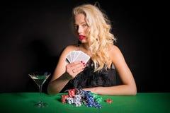 Γυναίκα με το πόκερ παιχνιδιού προσώπου πόκερ Στοκ φωτογραφία με δικαίωμα ελεύθερης χρήσης