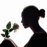 Γυναίκα με το ροδαλό λουλούδι Στοκ εικόνα με δικαίωμα ελεύθερης χρήσης