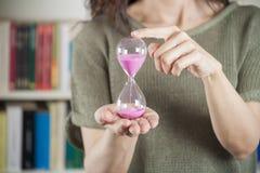 Γυναίκα με το ρόδινο ρολόι άμμου Στοκ Εικόνες