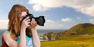 Γυναίκα με το σακίδιο πλάτης και κάμερα στη μεγάλη ακτή sur Στοκ φωτογραφία με δικαίωμα ελεύθερης χρήσης