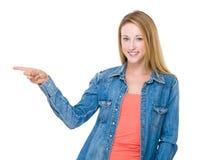 Γυναίκα με το σημείο δάχτυλων επάνω Στοκ Εικόνες