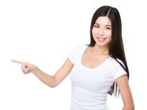 Γυναίκα με το σημείο δάχτυλων κατά μέρος Στοκ εικόνες με δικαίωμα ελεύθερης χρήσης