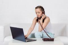 Γυναίκα με το σημειωματάριο και το τηλέφωνο. στοκ φωτογραφίες