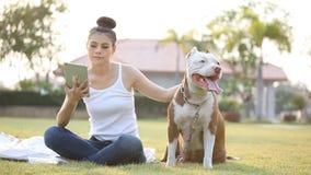 Γυναίκα με το σκυλί απόθεμα βίντεο