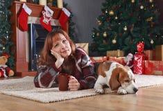 Γυναίκα με το σκυλί στο δωμάτιο με τις διακοσμήσεις Χριστουγέννων Στοκ Εικόνες