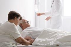 Γυναίκα με το σοβαρά άρρωστο σύζυγο Στοκ φωτογραφίες με δικαίωμα ελεύθερης χρήσης