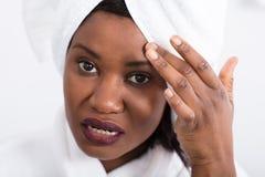 Γυναίκα με το σπυράκι στο μέτωπο στοκ φωτογραφίες με δικαίωμα ελεύθερης χρήσης
