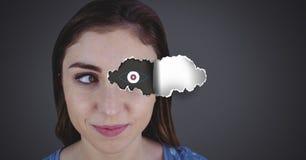 Γυναίκα με το σχισμένο έγγραφο για το μάτι και το σχέδιο ματιών Στοκ Εικόνες