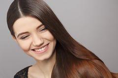 Γυναίκα με το σύγχρονο hairstyle στο στούντιο Στοκ φωτογραφία με δικαίωμα ελεύθερης χρήσης