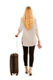 Γυναίκα με το ταξίδι βαλιτσών που απομονώνεται πέρα από το άσπρο υπόβαθρο Στοκ φωτογραφία με δικαίωμα ελεύθερης χρήσης