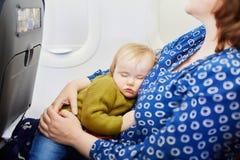 Γυναίκα με το ταξίδι μικρών κοριτσιών με το αεροπλάνο στοκ φωτογραφία με δικαίωμα ελεύθερης χρήσης