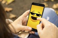 γυναίκα με το τηλέφωνο meme στο πάρκο στοκ φωτογραφίες με δικαίωμα ελεύθερης χρήσης