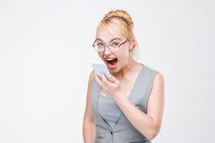 γυναίκα με το τηλέφωνοη εξαγριωμένο, εξοργισμένος και τρελλός Στοκ Φωτογραφία