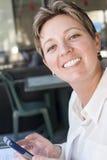 Γυναίκα με το τηλέφωνο κυττάρων Στοκ εικόνα με δικαίωμα ελεύθερης χρήσης