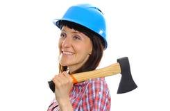 Γυναίκα με το τσεκούρι που φορά το προστατευτικό μπλε κράνος Στοκ Φωτογραφίες