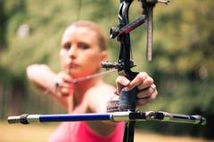 Γυναίκα με το τόξο Στοκ εικόνες με δικαίωμα ελεύθερης χρήσης